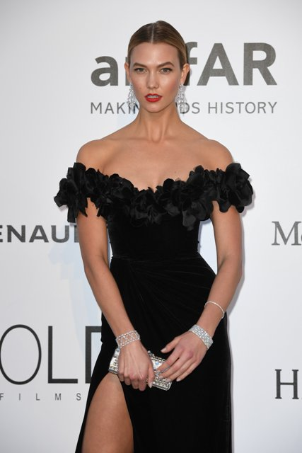 Karlie Kloss shimmered in a pair of earrings in 18ct white gold set with diamonds (31.33cts), a bracelet in platinum set with diamonds (103.89cts), a bracelet in 18ct white gold set with diamonds (35.78cts) and a line bracelet in 18ct white gold set with diamonds from the High Jewellery Collection.